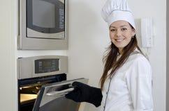 Leuk vrouwelijk chef-kokbaksel royalty-vrije stock afbeeldingen