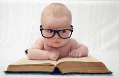 Leuk weinig baby in glazen royalty-vrije stock foto