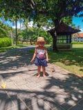 Leuk weinig baby het glimlachen en spel in park royalty-vrije stock foto
