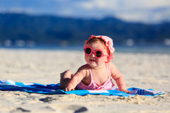 Leuk weinig babymeisje op tropisch strand Stock Afbeeldingen