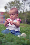 Leuk weinig babymeisje wat betreft haar vingers Royalty-vrije Stock Foto's