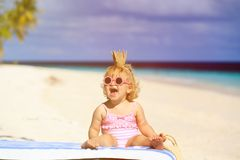 Leuk weinig babyprinses op de zomerstrand Royalty-vrije Stock Foto's