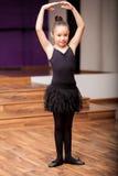 Leuk weinig ballerina in klasse stock foto's