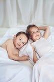 Leuk weinig broer en zuster die in bed liggen royalty-vrije stock foto's