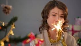 Leuk weinig dame die sterretje bekijken en een wens, Kerstmisvakantie maken stock footage