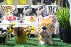 Leuk weinig die hond van ceramisch wordt gemaakt Stock Foto