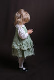 Leuk weinig engel in groene kleding Stock Fotografie