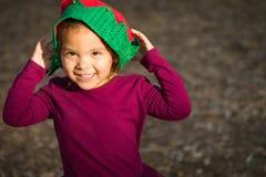 Leuk Weinig Gemengd Rasmeisje die een Kerstmishoed dragen royalty-vrije stock foto