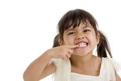Leuk weinig jong geitje dat haar tanden toont royalty-vrije stock afbeeldingen