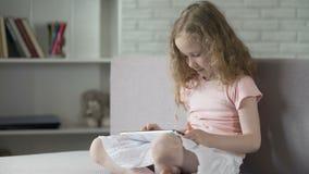 Leuk weinig jong geitje die gemakkelijk met interactieve mobiele app op gadget leren, onderwijs stock videobeelden