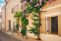 Leuk weinig jong geitjemeisje op de zomervakantie in Camargue Royalty-vrije Stock Foto's