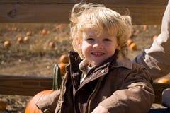 Leuk weinig jongen bij het pompoenflard royalty-vrije stock afbeelding
