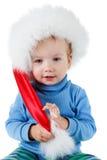 Leuk weinig jongen in de rode bontkerstmanhoed op een wit Stock Afbeelding