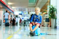 Leuk weinig jongen die in de luchthaven wachten Royalty-vrije Stock Foto