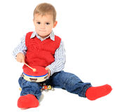 Leuk weinig jongen die met trommels speelt Stock Afbeelding