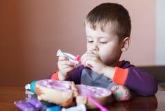 Leuk weinig jongen die met veelkleurige plasticine spelen Jongen het spelen met speelgoed Tandhulpmiddelen Grappig gezicht Het po royalty-vrije stock foto's