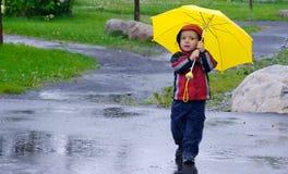 Het spelen in de regen Stock Afbeelding