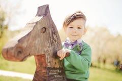 Weinig jongen op een stuk speelgoed paard in een ruimte stock afbeelding afbeelding 34745281 - Lay outs ruimte van de jongen ...