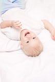 Leuk weinig jongen die op het bed ligt royalty-vrije stock fotografie
