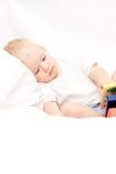 Leuk weinig jongen die op het bed ligt royalty-vrije stock foto