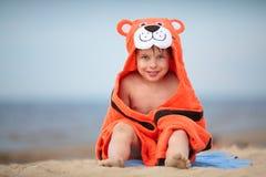 Leuk weinig jongen die tijgerhanddoek in openlucht dragen Stock Foto's