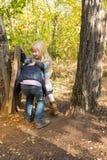 Leuk weinig jongen en meisje die samen in openlucht spelen Royalty-vrije Stock Foto's