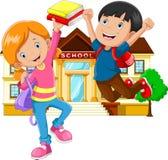 Leuk weinig jongen en meisje met rugzak en boek op de schoolbouw achtergrond royalty-vrije illustratie