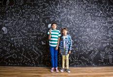 Leuk weinig jongen en meisje voor groot Stock Foto