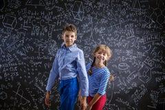 Leuk weinig jongen en meisje voor groot Royalty-vrije Stock Foto
