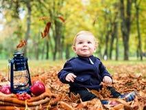 Leuk weinig jongen in het de herfstpark Royalty-vrije Stock Afbeeldingen