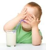 Leuk is weinig jongen het drinken melk Stock Afbeelding