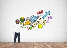 Leuk weinig jongen het schrijven opstarten van de tekeningsteller Stock Afbeelding