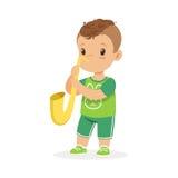 Leuk weinig jongen het spelen trompet, jonge musicus met stuk speelgoed muzikaal instrument, muzikaal onderwijs voor de vector va royalty-vrije illustratie