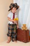 Leuk weinig jongen met de bloem. Stock Afbeeldingen