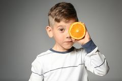 Leuk weinig jongen met de helft van sinaasappel Royalty-vrije Stock Foto's