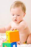 Leuk weinig jongen met kubussenstuk speelgoed Stock Fotografie