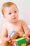 Leuk weinig jongen met kubussenstuk speelgoed Royalty-vrije Stock Fotografie