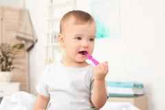 Leuk weinig jongen met tandenborstel stock afbeelding