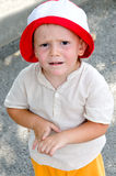Leuk weinig jongen met in verwarring gebracht Stock Foto's