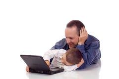 Vader en zoon met laptop Stock Afbeeldingen