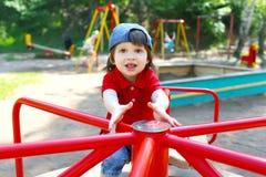 Leuk weinig jongen op carrousel in de zomer Royalty-vrije Stock Afbeeldingen