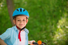 Leuk weinig jongen op fiets Royalty-vrije Stock Afbeeldingen