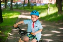 Leuk weinig jongen op fiets Royalty-vrije Stock Fotografie