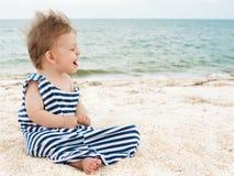 Leuk weinig jongen op het strand Stock Foto