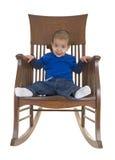 Leuk weinig jongen op schommelstoel stock afbeeldingen