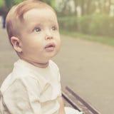 Leuk weinig jongen in openlucht Stock Fotografie