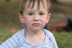 Leuk is weinig jongen verstoord en wil schreeuwen Royalty-vrije Stock Fotografie