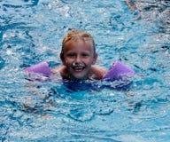 Leuk weinig jongen in zwembad royalty-vrije stock afbeelding