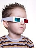 Leuk weinig jongenszitting in de 3D glazen Stock Afbeelding