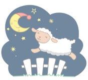 Leuk Weinig Kawaii-Stijlschaap die over Witte Piketomheining Under Crescent Moon met Slaapmutsje en van de Sterrennacht Dromerige Royalty-vrije Stock Foto